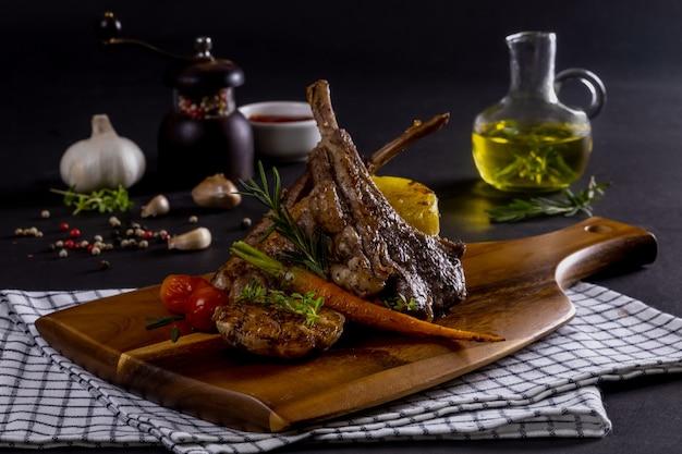 まな板で焼いた子羊のリブ肉と野菜のロースト