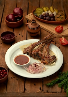 Шашлык из баранины с томатным соусом и луковыми кольцами