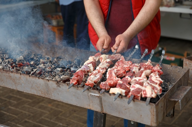 串に刺した子羊の串焼きはグリルで焼きます