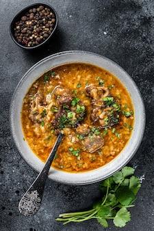 マトンの肉、ご飯、トマト、スパイスをボウルに入れたラムスープのハルチョー。