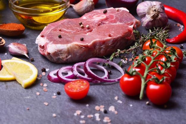 향신료와 야채를 곁들인 양고기 스테이크