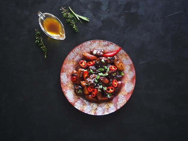 イチジクの甘いソースの子羊。アジア料理。上面図。