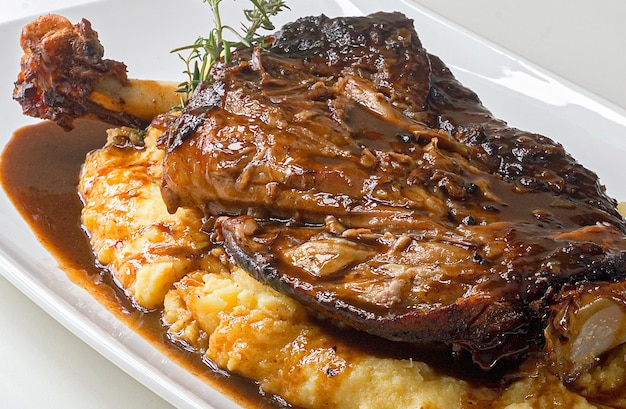 폴렌타를 곁들인 양고기 산타 카타리나 중서부의 대표적인 요리 이탈리아와 산 요리