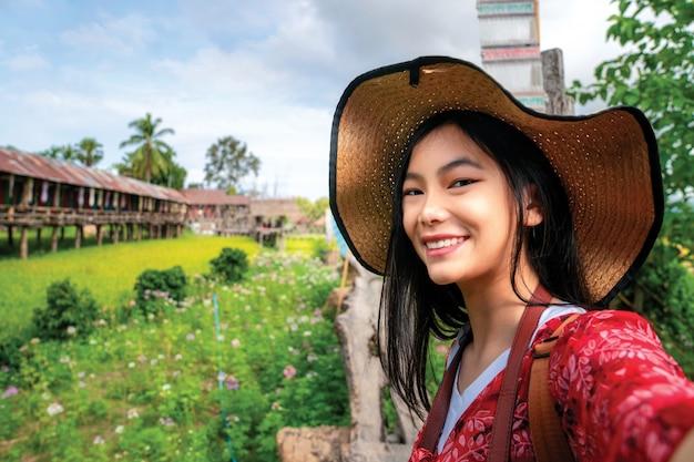 アジアの女の子の楽しさとlamduan織布コーヒーショップで遊ぶ