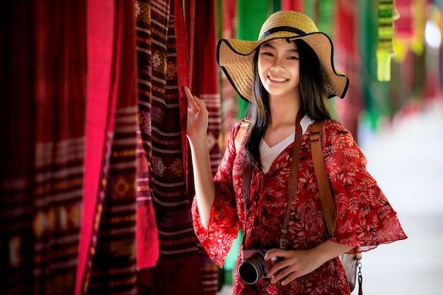 Азиатская девушка развлекается и играет в кофейне из тканой ткани lamduan