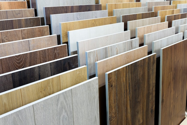 ラミネートの背景。フローリングとインテリアデザインのためのパターンと木の質感を持つラミネートまたは寄木細工のサンプル。フローリングの生産