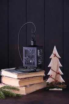ランプと木。クリスマスカードと新年のコンセプト
