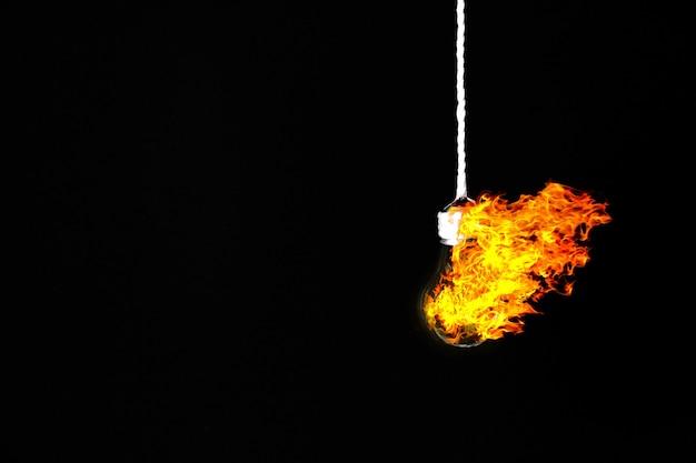 Лампочка лампы висит на веревке. пожар внутри. концепция новой идеи.