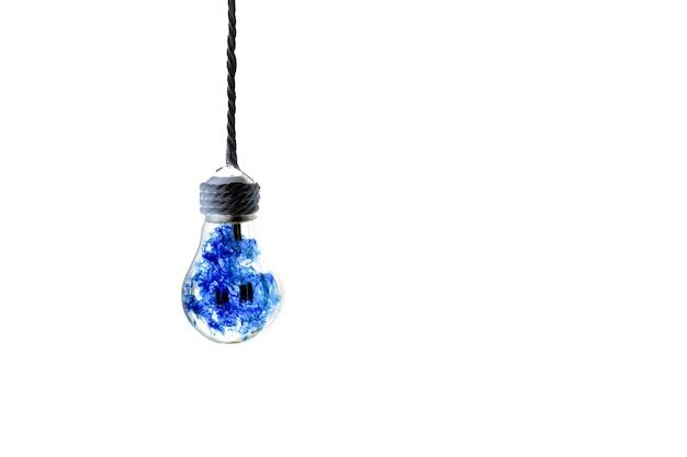 ロープにぶら下がっている電球。白い背景で隔離。中の青い火。新しいアイデアのコンセプト。