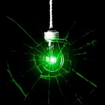 ロープにぶら下がっている電球。新しいアイデアのコンセプト。緑の影。