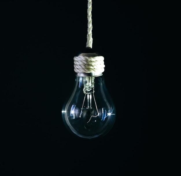 밧줄에 매달려 램프 전구입니다. 새로운 아이디어 개념입니다.