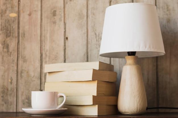 ランプのコーヒーと本の山