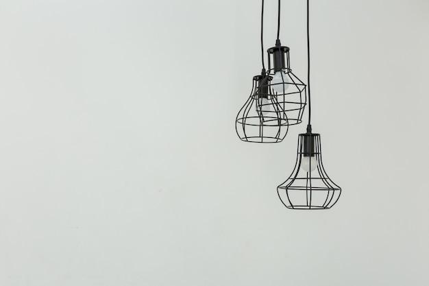천장에 매달려 램프