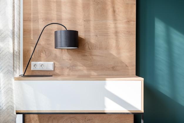 Лампа в современном минималистском лофте, интерьер пустой комнаты