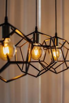 Светильник в современном стиле с лампочкой эдисона. лампа-лампочка теплого тона. стильный интерьер.