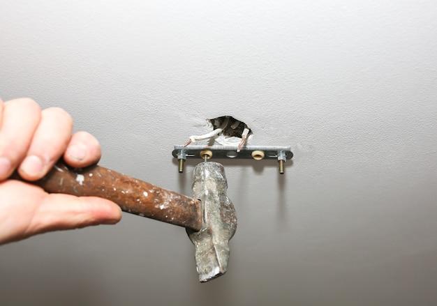 ランプの取り付け。建設を保持している男。屋内での修復。保守作業。