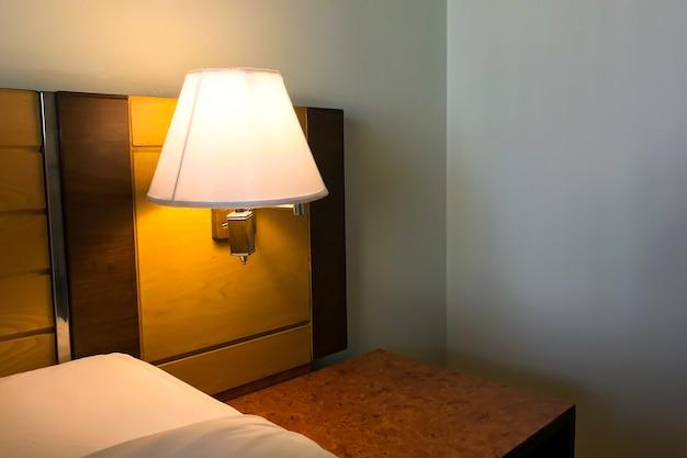 여행을위한 호텔 침실의 램프 내부