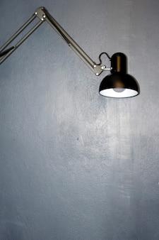 紺色の壁の背景にランプが点灯