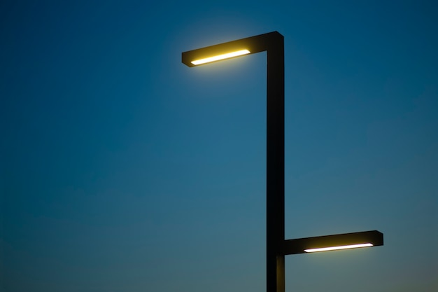 Фонарный столб на фоне ночного неба