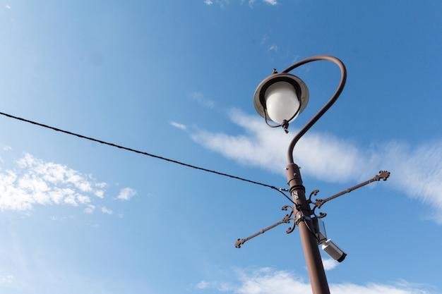 램프 포스트와 푸른 하늘 배경