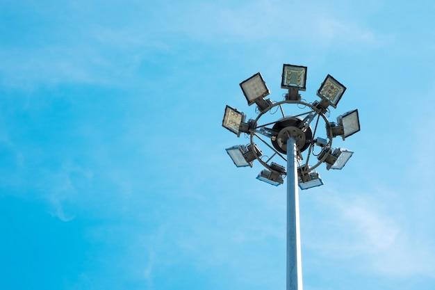 태국의 램프 포스트 전기 산업. 전기 극과 푸른 하늘.