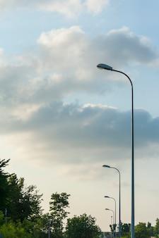 Лампа уличного освещения на голубом небе.
