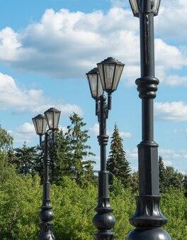 公園の空を背景にした街灯