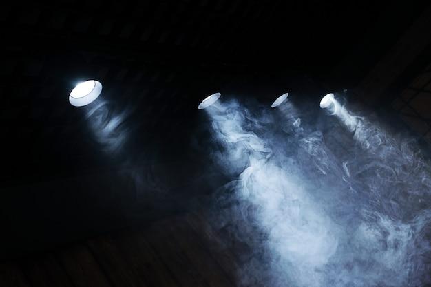 Лампы света с облаком дыма. крупный план.