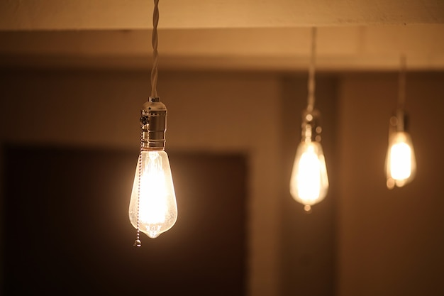 タングステンフィラメント付きランプ。エジソン電球。ヴィンテージランプのフィラメントフィラメント。電球のレトロなデザイン。