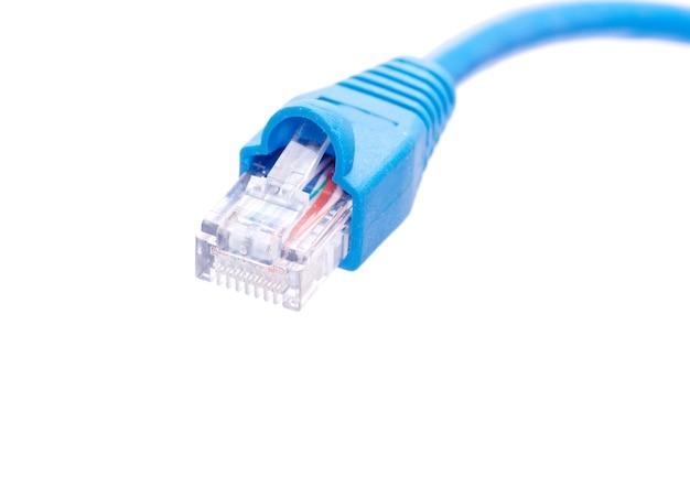 Кабель локальной сети и разъем на белом фоне