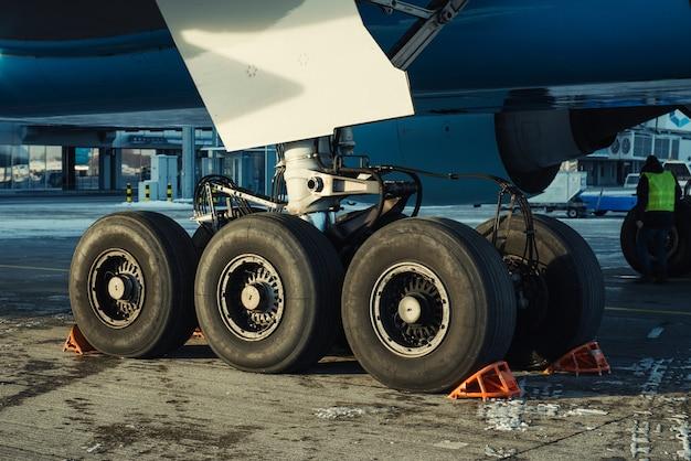 整備中の飛行機の着陸装置
