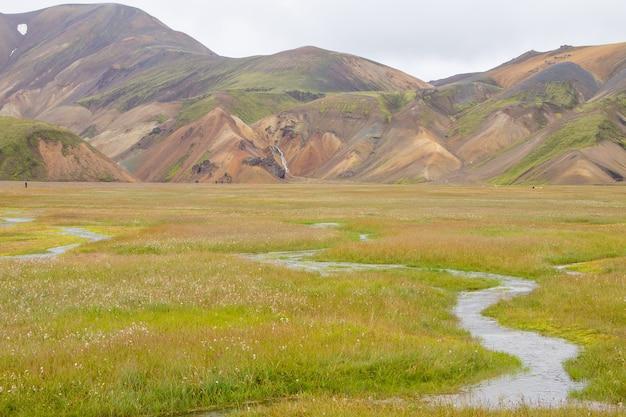 Пейзаж области ландманналаугар, заповедник фьяллабак, исландия. цветные горы