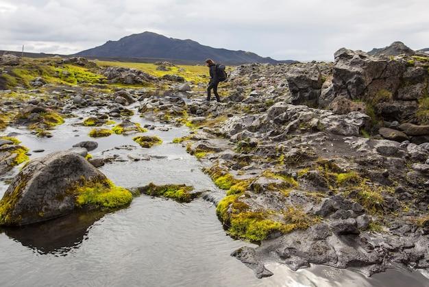 Landmannalaugar, 아이슬란드 ã'â»; 2017 년 8 월 : landmannalaugar 트레킹에서 강을 건너는 젊은 여성