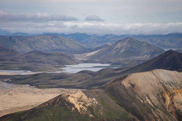 Долина ландманналаугар. исландия. красочные горы на туристической тропе лаугавегур. сочетание слоев разноцветных горных пород, минералов, травы и мха.