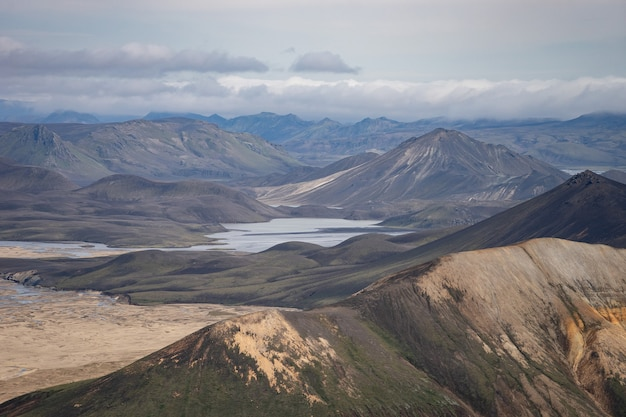 Landmannalaugar valley. 아이슬란드. laugavegur 하이킹 코스에 다채로운 산. 다색의 암석, 광물, 풀 및 이끼 층의 조합.