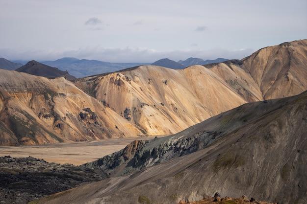 Долина ландманналаугар исландия разноцветные горы