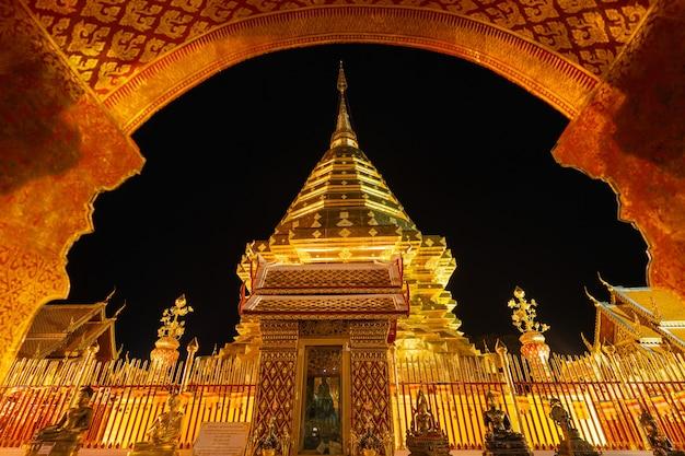チェンマイタイのランドマークワットプラタートドイステープ金の塔と夜景の黄金の仏教寺院
