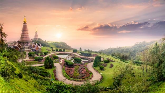 Ландшафтная пагода в doi inthanon с туманным туманом во время заката солнца в чиангмай, таиланд