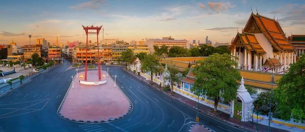 Landmark red swing in bangkok city in thailand Premium Photo