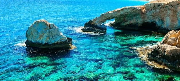 키프로스의 랜드 마크-아기 아 나파 근처의 놀라운 바다와 바위 다리