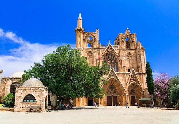 キプロスのランドマーク、古代ファマグスタの町のララムスタファパシャモスク(聖ニコラス大聖堂)