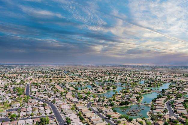アリゾナusaのあるアメリカのエイボンデールの小さな町のスリーピングエリアからの眺めを眺める