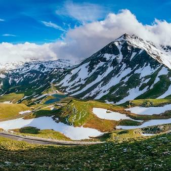 거의 눈 덮인 산 풍경