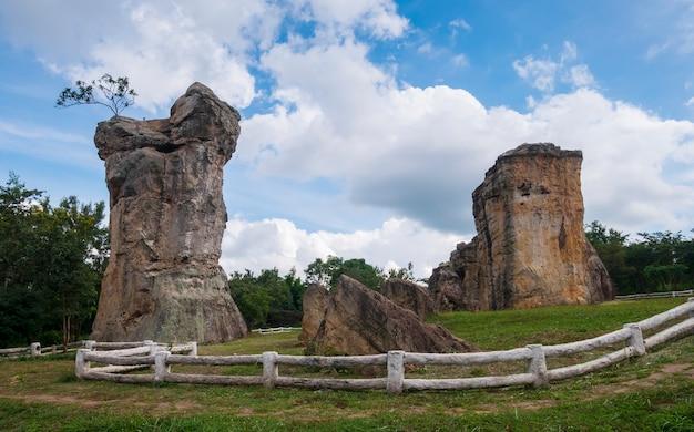 Пейзаж, древние скальные образования, природа и голубое небо.
