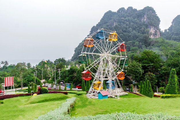 Пейзаж и парки развлечений в долине зимой, туман на заднем плане в краби, таиланд