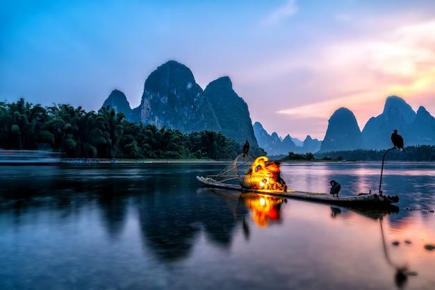 広西チワン族自治区桂林の麗江川の風景と竹のいかだ