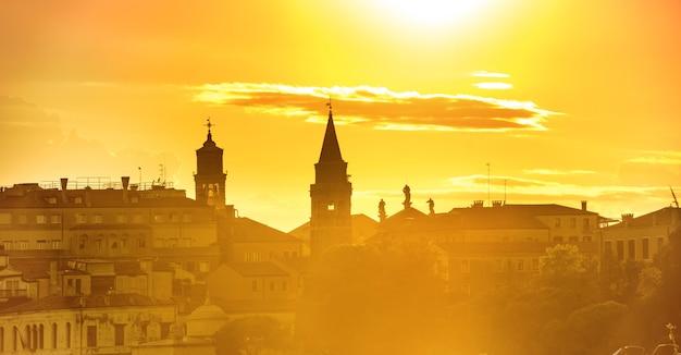 베니스에서 일몰의 풍경과 파노라마입니다. 타워와 극적인 하늘이 있는 세인트 마크 광장의 전망