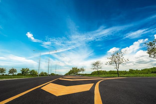青い空にまっすぐの地方道路の風景と展望