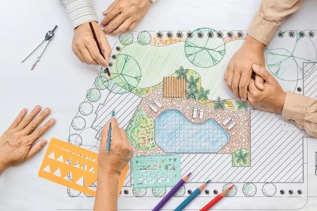 Ландшафтный архитектор меняет рисунок на встрече с клиентом