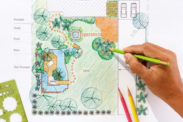 Ландшафтный архитектор проектирует планы водного сада для заднего двора